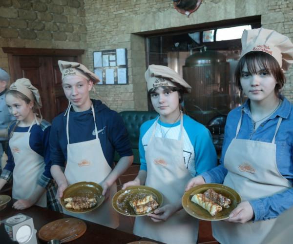 Для ребятами из Донецкой школы-интернат № 1 организовали кулинарный  мастер-класс по приготовлению блинов  совместно с  нашими друзями Ресторан-пивоварня Beerstown | Донецк.1591813799