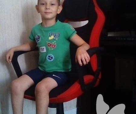мальчик на кресле в сезеной футболке1600096272