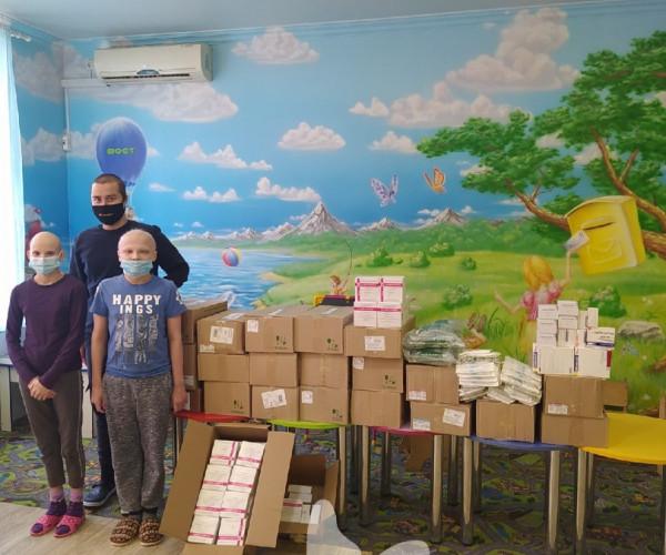 фото детей с коробками  и лекарством в больнице1614329840