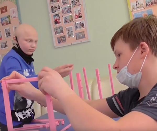 два ребенка собирают игру в больнице1618307169