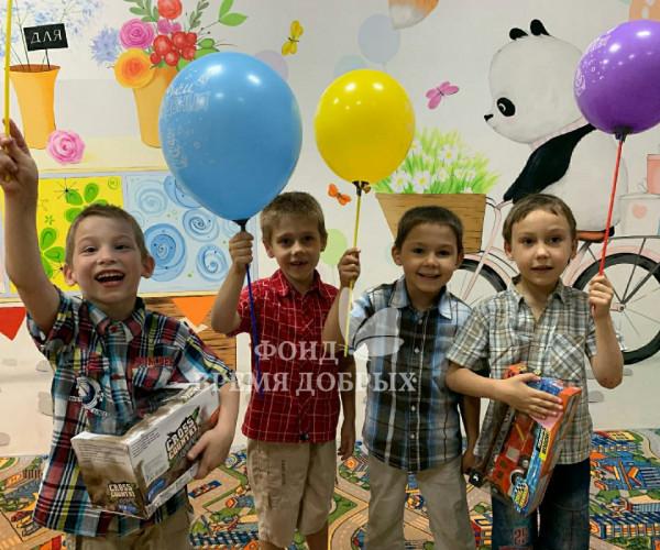 Именники  сироты получили долгожданные подарки и яркий красочный праздник от нашей команты добряков.1628092077