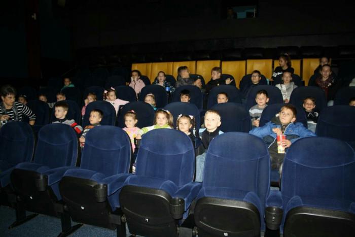 Поход в кинотеатр для детей-сирот